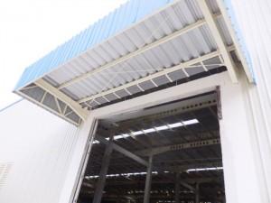 talang air fiberglass di canopy pabrik