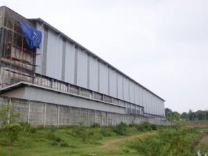 Atap cladding transparan untuk menerangi dalam pabrik sehingga mengurangi biaya listrik