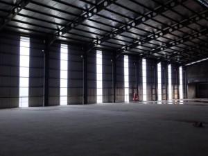 Atap cladding fiberglass menlihat dari dalam pabrik