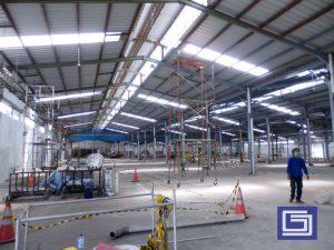 Atap penerang fiberglass terlihat dari lantai dasar pabrik