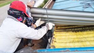 Sebelum bongkar talang, harus buka roving atap seng untuk mempermudahkan bongkar talang lama