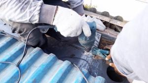 Pemasangan rivet untuk sambungan talang air fiberglass