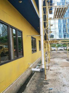 Pemasangan support galvanise pipa pvc ke tembok