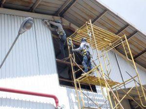 Instalasi cladding pada pabrik untuk memberikan cahaya yang cukup untuk karyawan