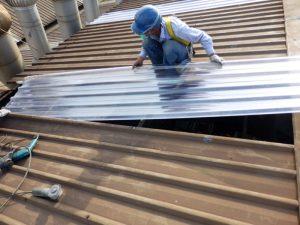 Pemasangan atap penerang fiberglass