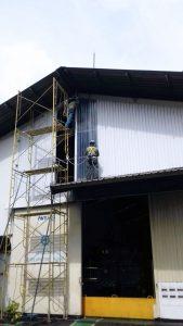 Pemasangan cladding fiberglass bergaransi 15 tahun tidak bocor