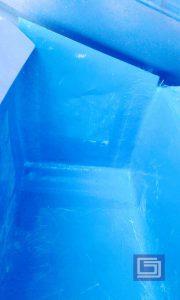 Tutup ujung talang sehingga air hujan turun dari corong air fiberglass