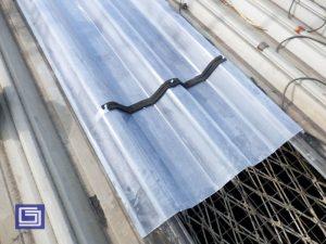 Pemasangan form sealer kepada atap fiberglass untuk mencegah kebocoran