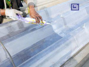 Sebelum selesai pemansangan atap , sambungan atap perlu di sealent sehingga rapat dan rapi