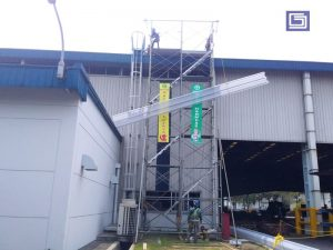 Atap lama perlu diganti karena uda tidak memberikan cahaya yang maksimal kedalam gudang atau pabrik