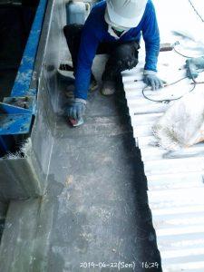 Pengamplasan talang fiberglass sebelum coating terakhir sehingga hasil rapi dan glossy.