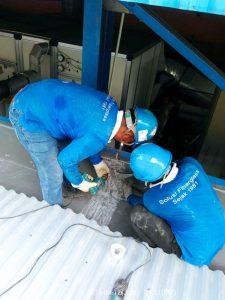 Pemasangan dengan paku rivet dan paku roving untuk penyambungan talang fiberglass