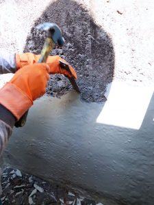 Mengupas cat atau lapisan sebelumnya untuk lapis fiberglass