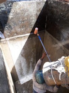 Pelapisan serat mat dan resin sehingga tembok beton terlindung oleh korosif cairan asam