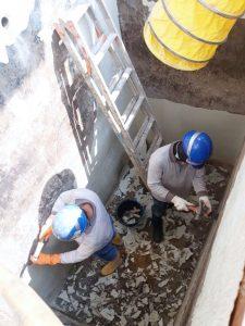 Cairan asam di dalam bak merusak tembok beton sehingga cairan rembes keluar