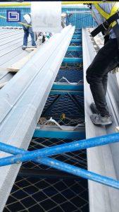 Bongkar zincalume yang lama dan pasang atap penerang Fibre Deluxe untuk penambahan penerang di pabrik