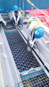 Pemasangan wiremess sebelum instalasi atap fiberglass