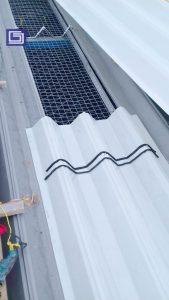 Pemasangan form sealer untuk mencegah kebocoran atap fiberglass.