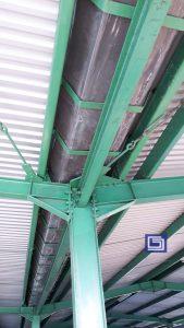 Talang fiberglass duduk diatas braket besi plat strip per lima puluh centimeter sehingga tahan beban berat.