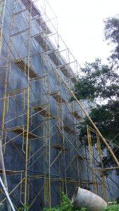 Pemasangan scafolding untuk pekerjaan perbaiki tembok dengan semen Sika Grout sebelum pelapisan fiberglass