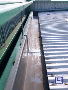 Talang air fiberglass banyak terpasang di pabrik, gudang atau gedung karena tidak berkarat dan tahan sinar matahari uv