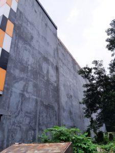 Tembok pabrik uda pada rembes dan bocor jika kejadian hujan
