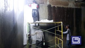 Pemasangan mat dan resin untuk pelapisan fiberglass kepada tembok beton