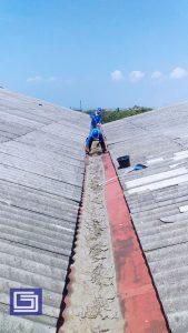 Mulai pembersihan sampah dan lumpur sehingga pekerjaan pelapisan fiberglass bisa di mulai.