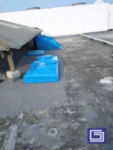 Persiapan tangki panel berbentuk lempengan-lempengan per satu meter kali satu meter untuk dirakit menjadi kesatuan tangki yang besar.