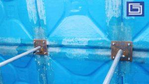 Pemasangan plat besi galvanis penghubung dalam tangki knockdown panel fiberlgass.