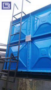 Tangga tangki knockdown panel fiberglass untuk mengakses ke atas tangki.