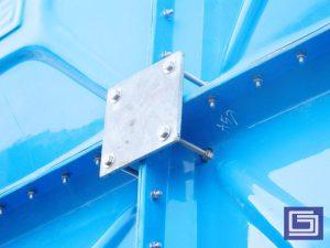Gambar plat besi galvanis penghubung dan baut galvanis yang terpasang untuk instalasi tangki panel komposit.