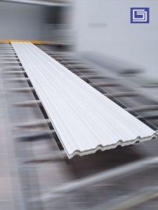 Atap fiberglass warna putih susu , memberikan efek sejuk untuk pekerja didalam pabrik