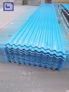 Atap fiberglass warna biru tidak tembus cahaya.