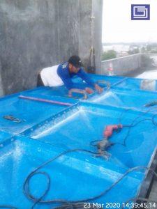 Proses instalasi panel dengan baut galvanise.