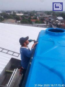 Proses instalasi bagian atas tangki panel fiberglass.