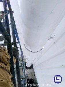 Mengalir air hujan dari talang fiberglass kepada drainase.
