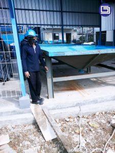 Menempati pondasi tangki yang berbentuk kerucut kepada posisi di pabrik.