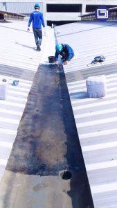 Tahap pertama dengan polyester resin sebagai primer berfungsi untuk merekat serat matt dengan permukaan talang lama.
