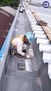 Laminasi sambungan talang fiberglass dengan serat mat dan resin.