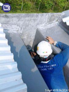 Pemasangan tutup ujung talang fiberglass.