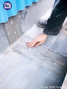 Pengamplasan bagian yang kasar sebelum coating anti-uv fiberglass.