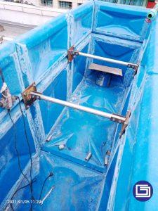 Pemasangan pipa besi galvanis sebagai penguat tandon knockdown panel fiberglass.