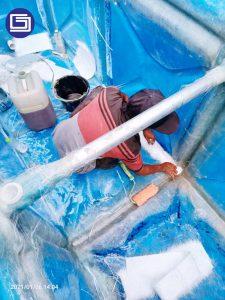 Pelapisan fiberglass untuk sambungan antara panel fiberglass sehingga tidak bocor dan tahan lama.