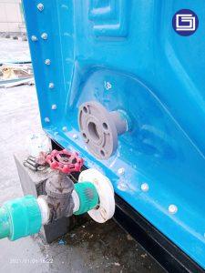 Pemasangan flange pada tandon knockdown panel fiberglass untuk menghubung dengan pipa customer.